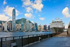 Schip bij overzeese van Hongkong terminal Stock Afbeelding