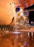 Schip bij scheepswerf voor reparaties stock afbeeldingen