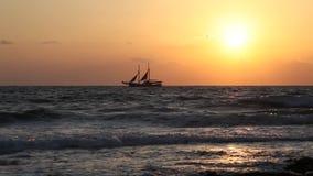 Schip bij zonsondergang stock video
