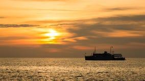 Schip bij zonsondergang Stock Foto's