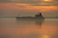 Schip bij zonsondergang Royalty-vrije Stock Afbeeldingen