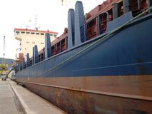 Schip dat aan een dok wordt gebonden Royalty-vrije Stock Foto's