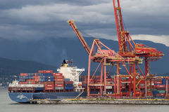 Schip dat bij de faciliteit van de containerlading wordt gedokt. stock afbeelding