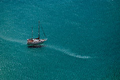 Schip dat in blauwe overzees vaart Stock Foto's