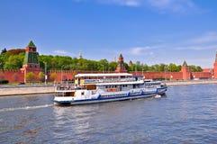 Schip, dat de achtergrond van het Kremlin vaart. stock afbeelding