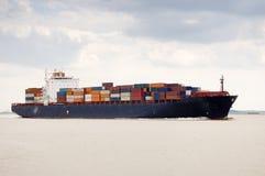Schip dat de haven van Antwerpen verlaat Stock Foto's