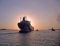 Schip dat haven verlaat voor schemer of dageraad stock afbeelding
