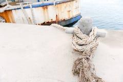 Schip dat in haven wordt vastgelegd stock foto