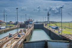 Schip dat het Kanaal van Panama weggaat stock foto
