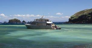 Schip dat toeristen aan boord neemt Royalty-vrije Stock Foto's