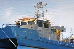Schip dat in water wordt weerspiegeld royalty-vrije stock afbeelding