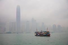Schip in de baai op de achtergrond van wolkenkrabbers Stock Fotografie
