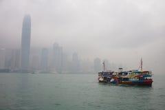 Schip in de baai op de achtergrond van wolkenkrabbers Stock Foto's