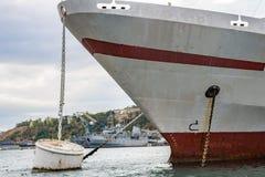 Schip in de Baai van Sebastopol, de Krim stock afbeelding