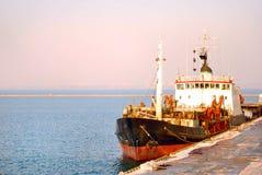 Schip in de haven Stock Afbeeldingen