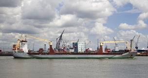 Schip in de Haven van Rotterdam Stock Afbeeldingen
