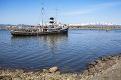 Schip in de haven van Ushuaia, Argentinië. Royalty-vrije Stock Afbeelding