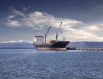 Schip in de haven van Ushuaia, Argentinië. Stock Afbeeldingen