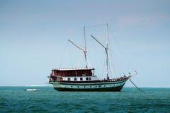 Schip in de oceaan Royalty-vrije Stock Afbeeldingen
