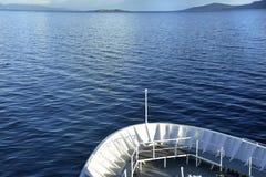 Schip in de oceaan royalty-vrije stock afbeelding