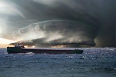Schip in de storm huricane cycloon stock afbeelding
