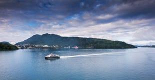 Schip die aan Bergen krijgen noorwegen royalty-vrije stock foto