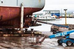 Schip die bij dok in Reykjavik stadshaven herstellen stock foto