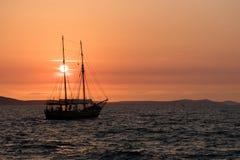 Schip die bij zonsondergang in Kroatië varen Stock Foto's