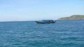 Schip die in blauwe overzees op berglandschap drijven, mening van raad Boot die in turkoois zeewater, groene berg varen stock video