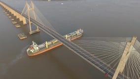 Schip die onder een brug overgaan