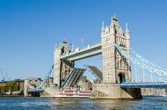 Schip die onder Torenbrug overgaan royalty-vrije stock afbeeldingen