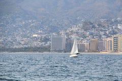 Schip die op een Mexicaanse baai varen stock fotografie