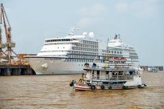 Schip die op overzeese en Zeven Overzeese Navigatorcruisevoering drijven Royalty-vrije Stock Fotografie