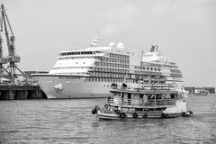 Schip die op overzeese en Zeven Overzeese Navigatorcruisevoering drijven Royalty-vrije Stock Foto