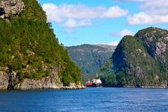 Schip in de fjord van Bergen stock fotografie