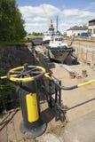 Schip in dok op het eiland van suomenlinna dichtbij Helsinki stock foto's