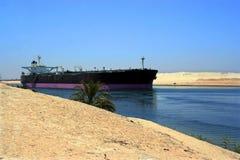 Schip door het Kanaal van Suez stock afbeelding