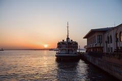 Schip in een haven bij mooie zonsondergang Stock Afbeelding