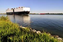 Schip en sleepboot op Rivier Fraser Stock Afbeelding