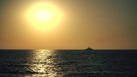 Schip en Zonsondergang over het Overzees stock videobeelden
