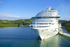 Schip in haven in Roatan, Honduras stock afbeeldingen
