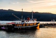 Schip in haven van Haven Alberni door recente middagzon die wordt verlicht royalty-vrije stock foto