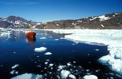 Schip in het artic overzees door oostelijk Groenland stock afbeelding
