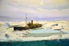 Schip in het ijs van het Noordpoolgebied Stock Foto