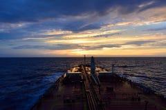 Schip in het zonsonderganglicht Stock Foto's