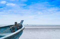 Schip langs het strand Stock Foto