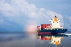 Schip met container royalty-vrije stock afbeeldingen