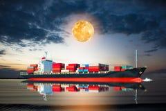 Schip met container in de volle maan Stock Afbeelding