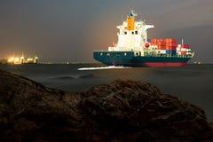 Schip met container in dok op solf blauwe hemel Stock Afbeeldingen