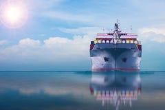 Schip met container in dok op solf blauwe hemel Royalty-vrije Stock Foto